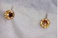 Серьги-гвоздики с медовыми камнями