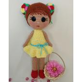 Вязаная кукла в желтом платье
